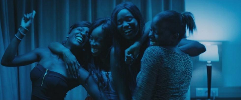 La Bande de filles chantant du Rihanna, à l'abri du monde