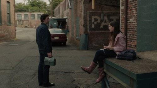Paterson (Adam Driver) rencontre une jeune poétesse dans Paterson