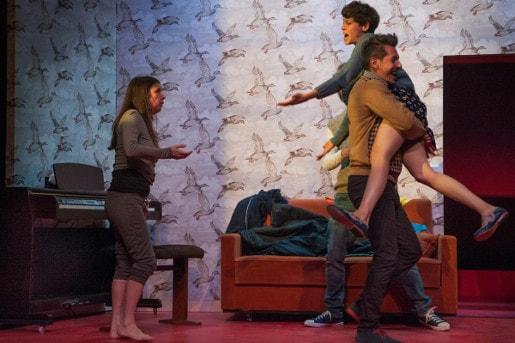 La pièce de théâtre dans Arde brillante en los bosques de la noche