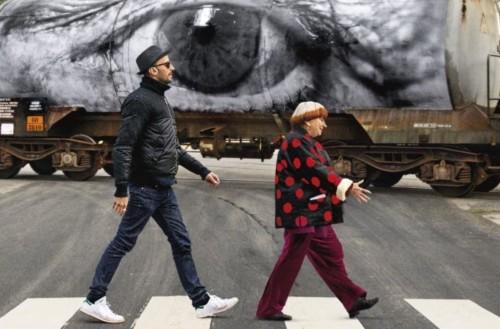 Agnès Varda et JR jouent aux beatles dans Visages Villages