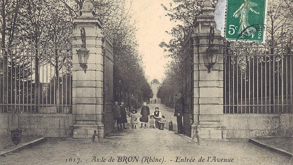 Photo historique de lentrée de lhopital Le Vinatier à Bron (Lyon)