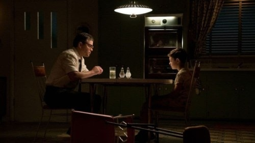 Noah Jupe et Matt Damon à table dans Suburbicon de Georges Clooney