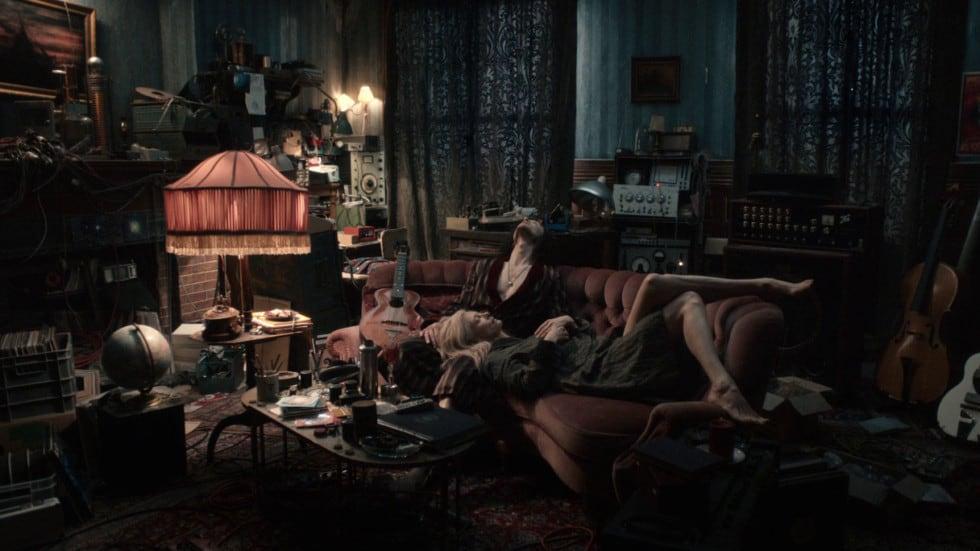 Tom Hiddleston et Tilda Swinton assis à ne rien faire dans le film de Jim Jarmusch