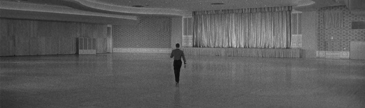 Stanley, le bellboy dans le film de Lewis, réapprend à marcher