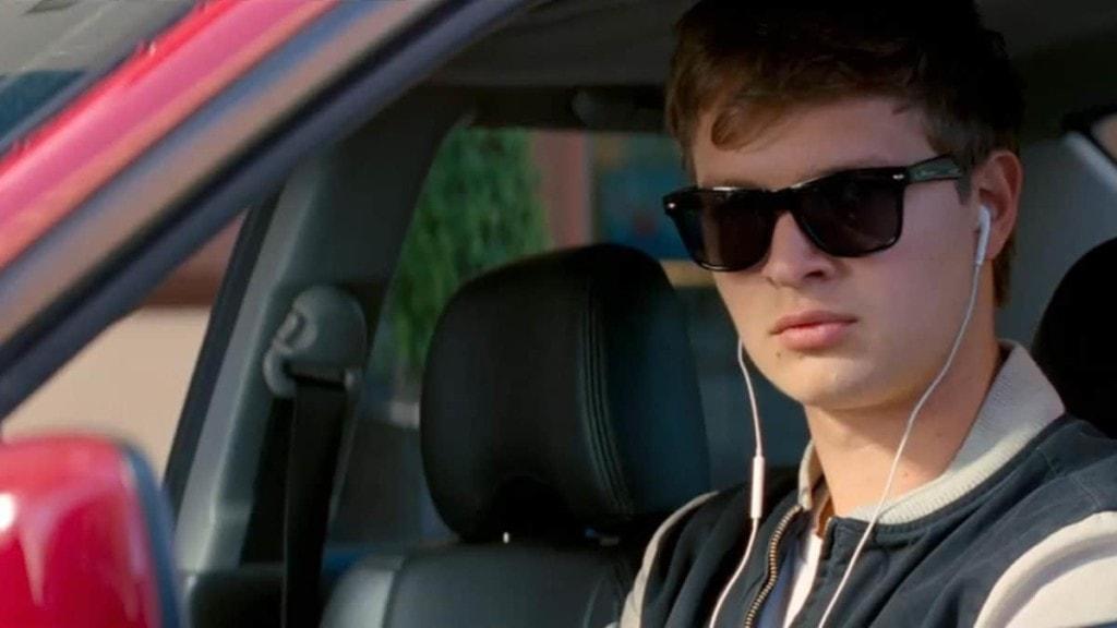 Ansel Elgort et ses écouteurs dans Baby Driver