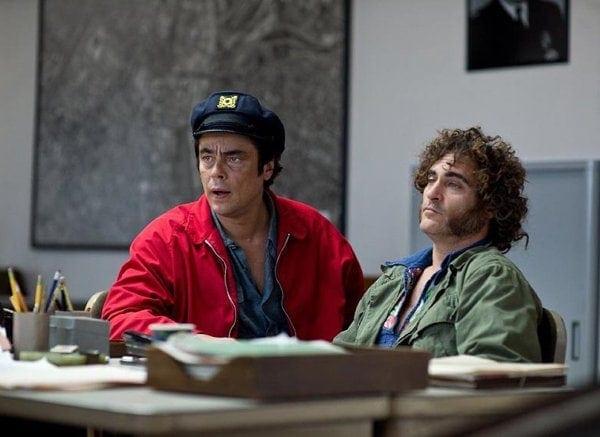 Joaquin Phoenix et Benicio del Toro dans Inherent Vice