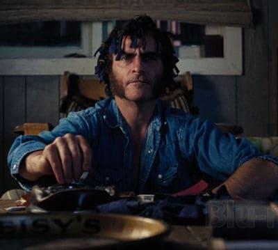 Joaquin Phoenix stone dans Inherent Vice