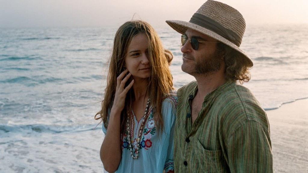 Une scène de plage avec Joaquin Phoenix et Katherine Waterston dans Inherent Vice