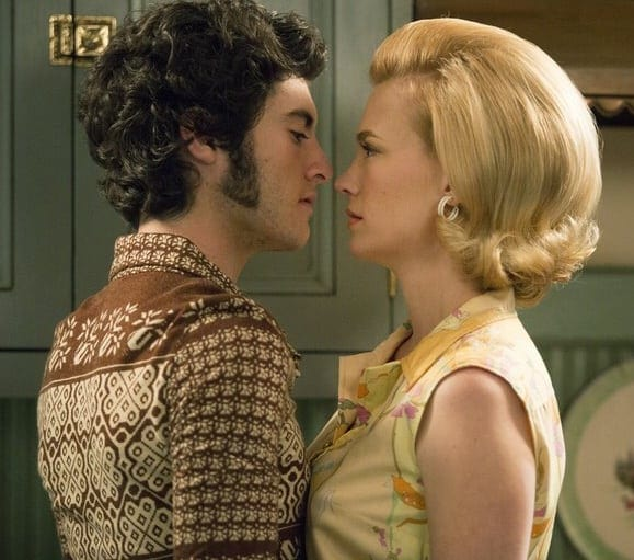 Marten Holden Weiner et January Jones dans Mad Men
