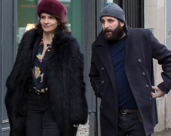 Juliette Binoche et Vincent Macaigne dans la rue (Doubles vies, Olivier Assayas)