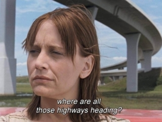 Lisa Bowman au pied d'une autoroute dans River of Grass
