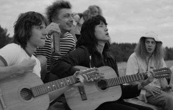 Le groupe de rock sur la plage dans Leto de Kirill Serebrennikov