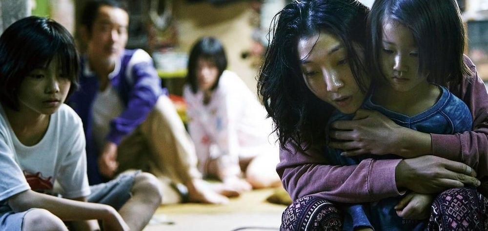 """La famille réunie à la Maison dans """"Une affaire de famille"""" de Kore-eda"""