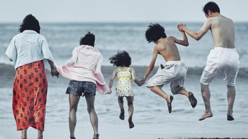 La famille au bord de la plage dans Une affaire de famille