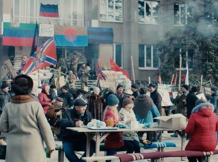 La foule carnavalesque dans Donbass
