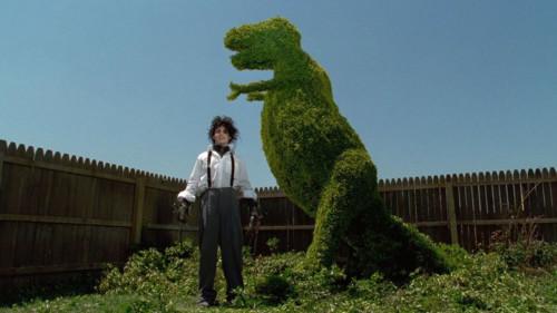 Edward taille un dinosaure dans Edward aux mains d'argent