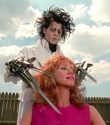 La nymphomane se fait couper les cheveux par Edward dans Edward aux mains d'argent