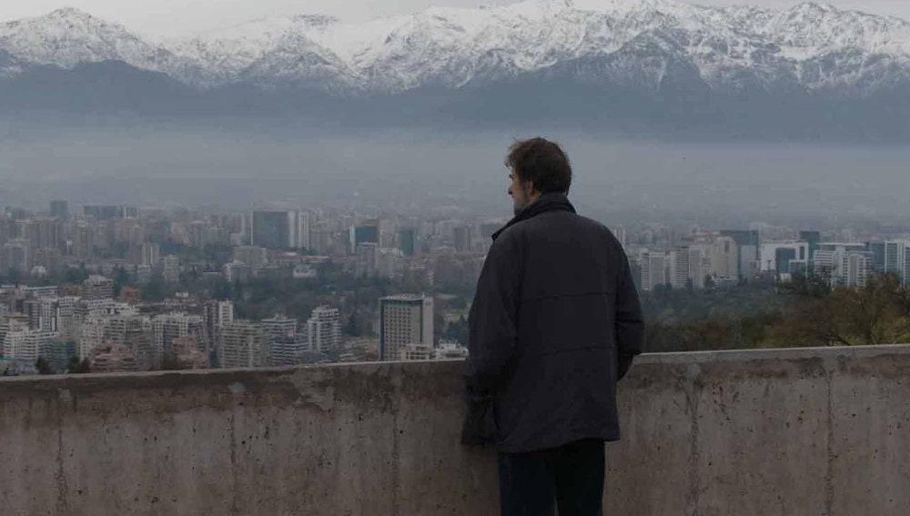 Nanni Moretti devant la ville dans Santiago, Italia