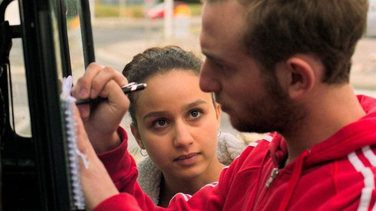 Kacey Mottet Klein et sa copine Oulaya Amamra dans L'adieu à la nuit