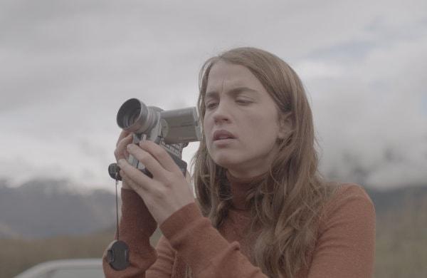 Adèle Haenel avec la caméra dans les mains dans Le Daim