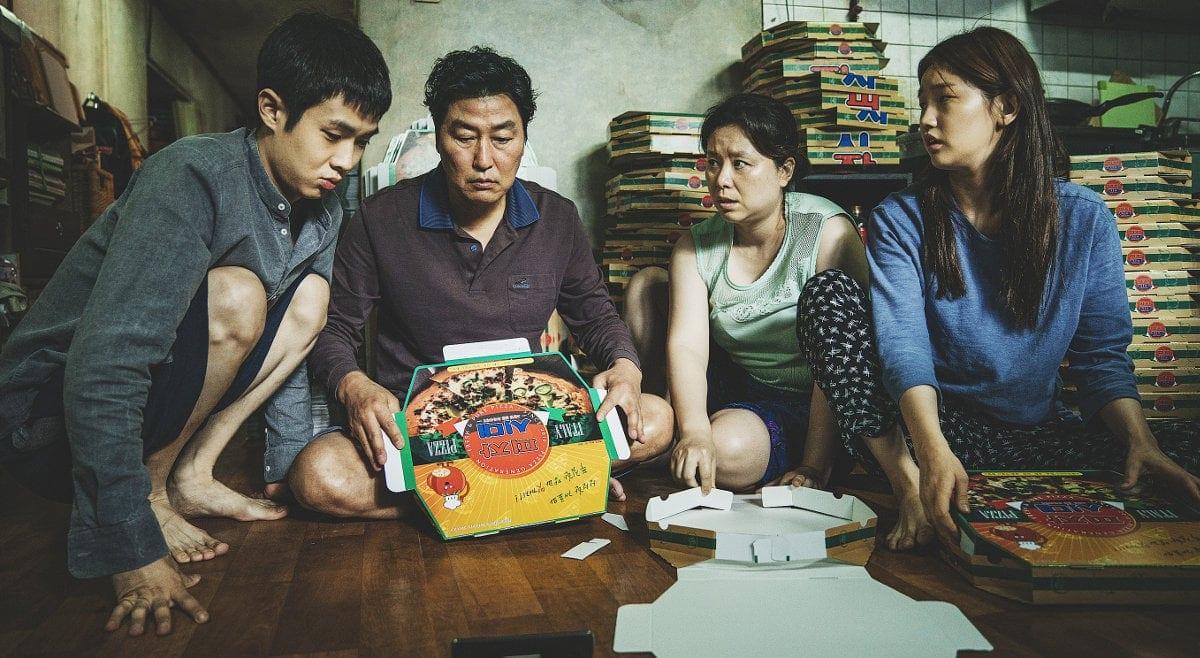 La famille dans le salon dans Parasite de Bong Joon-ho