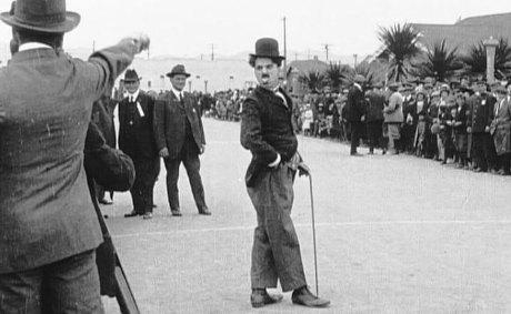 Charlie Chaplin dans Kid autoraces (Charlie est content de lui)