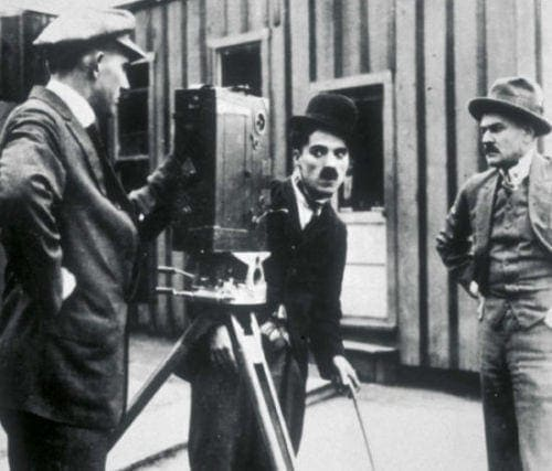 Charlie Chaplin toise la caméra
