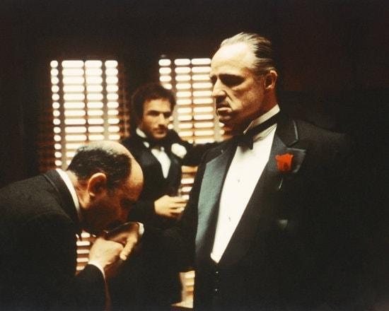 Don Corleone (Marlon Brando) se fait baiser la main dans Le Parrain