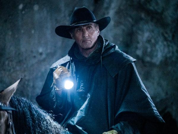 Sylvester Stallone à cheval dans la nuit dans Rambo : Last Blood