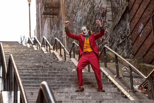 Le Joker (Joaquin Phoenix) danse sur les escaliers