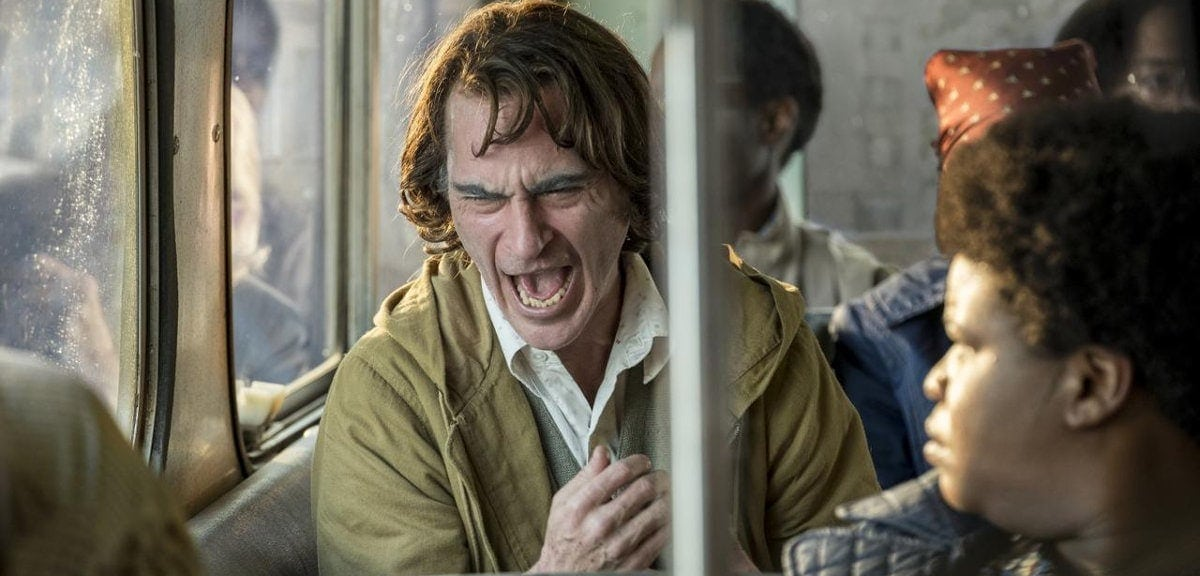 Le rire fou et incontrôlable du Joker (Joaquin Phoenix)