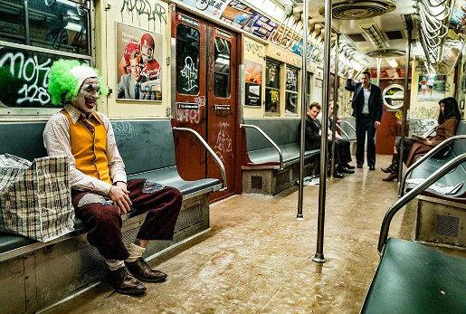 Le Joker (Joaquin Phoenix) assis dans le train avant de tuer les trois hommes