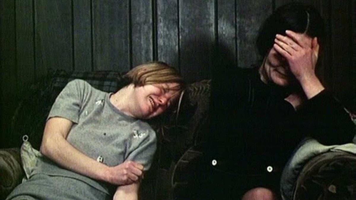 Bleak Moments de Mike Leigh avec Anne Raitt et Sarah Stephenson