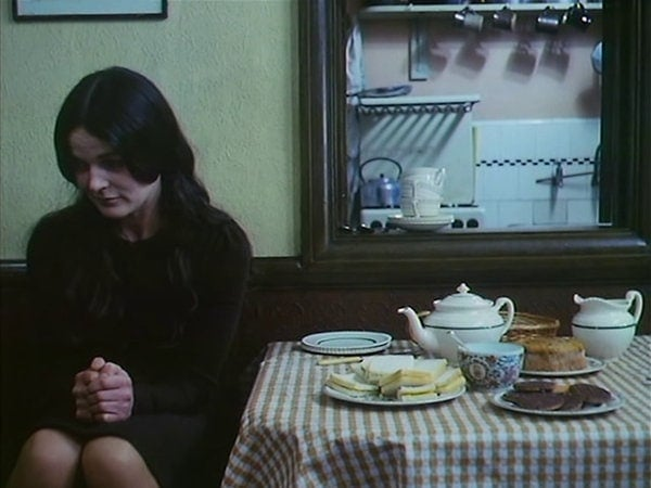 Anne Raitt assise à table dans Bleak Moments