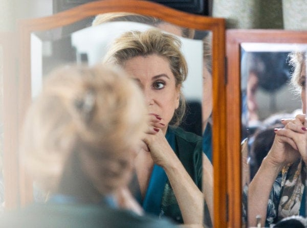 Catherine Deneuve devant le miroir dans La Vérité