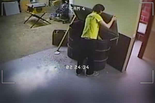 Luka Magnotta et ses sacs poubelles dans Don't Fuck With Cats