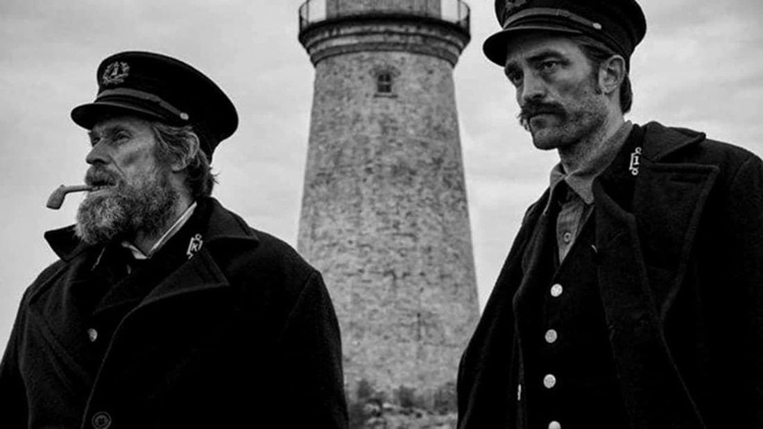 Robert Pattinson et Willem Dafoe devant le phare dans The Lighthouse