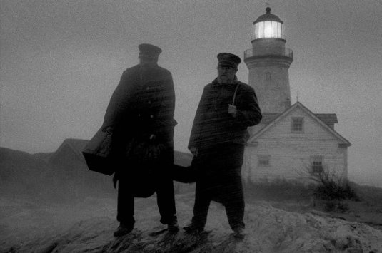 Robert Pattinson et Willem Dafoe sur la plage dans The Lighthouse