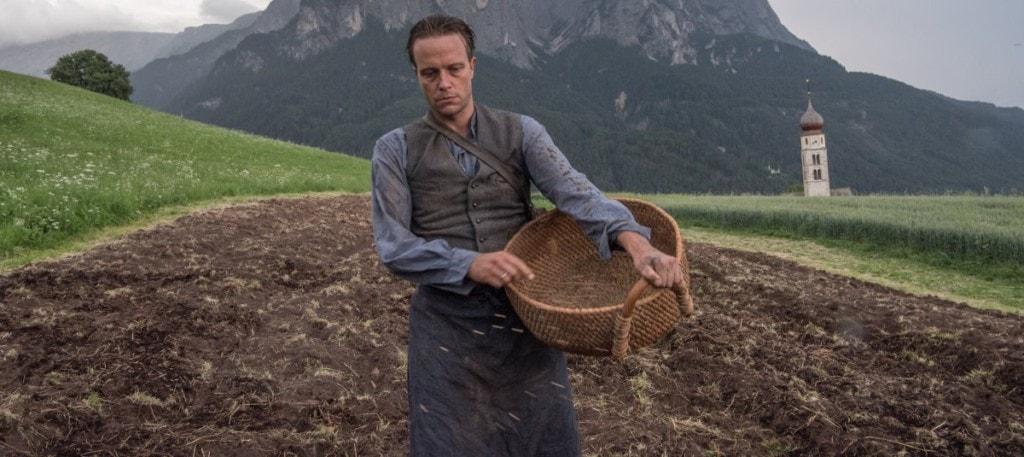 August Diehl dans les champs dans Une vie cachée