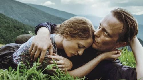 Le couple dans l'herbe dans Une vie cachée