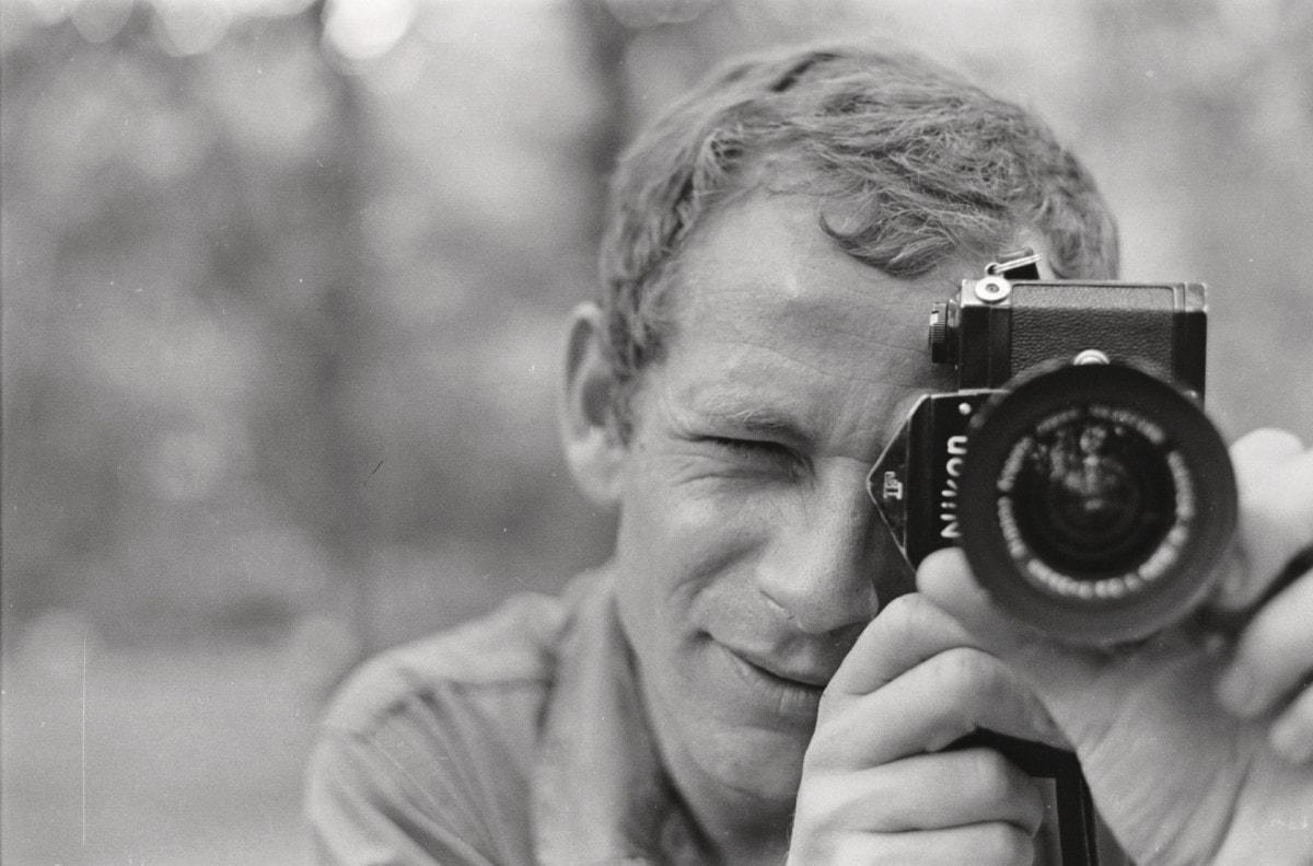 Gilles Caron avec son appareil photo