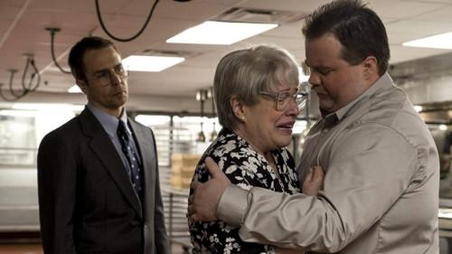 Bobi Jewell (Kathy Bates) en larmes dans les bras de son fils (Paul Walter Hauser) dans Richard Jewell