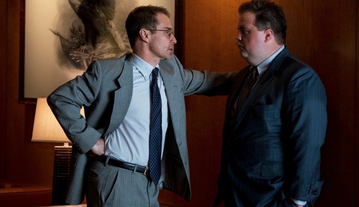Richard Jewell (Paul Walter Hauser) parle avec son avocat (Sam Rockwell) dans Richard Jewell
