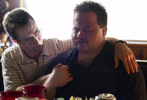 Richard Jewell (Paul Walter Hauser) en larmes dans les bras de son avocat (Sam Rockwell) dans Richard Jewell