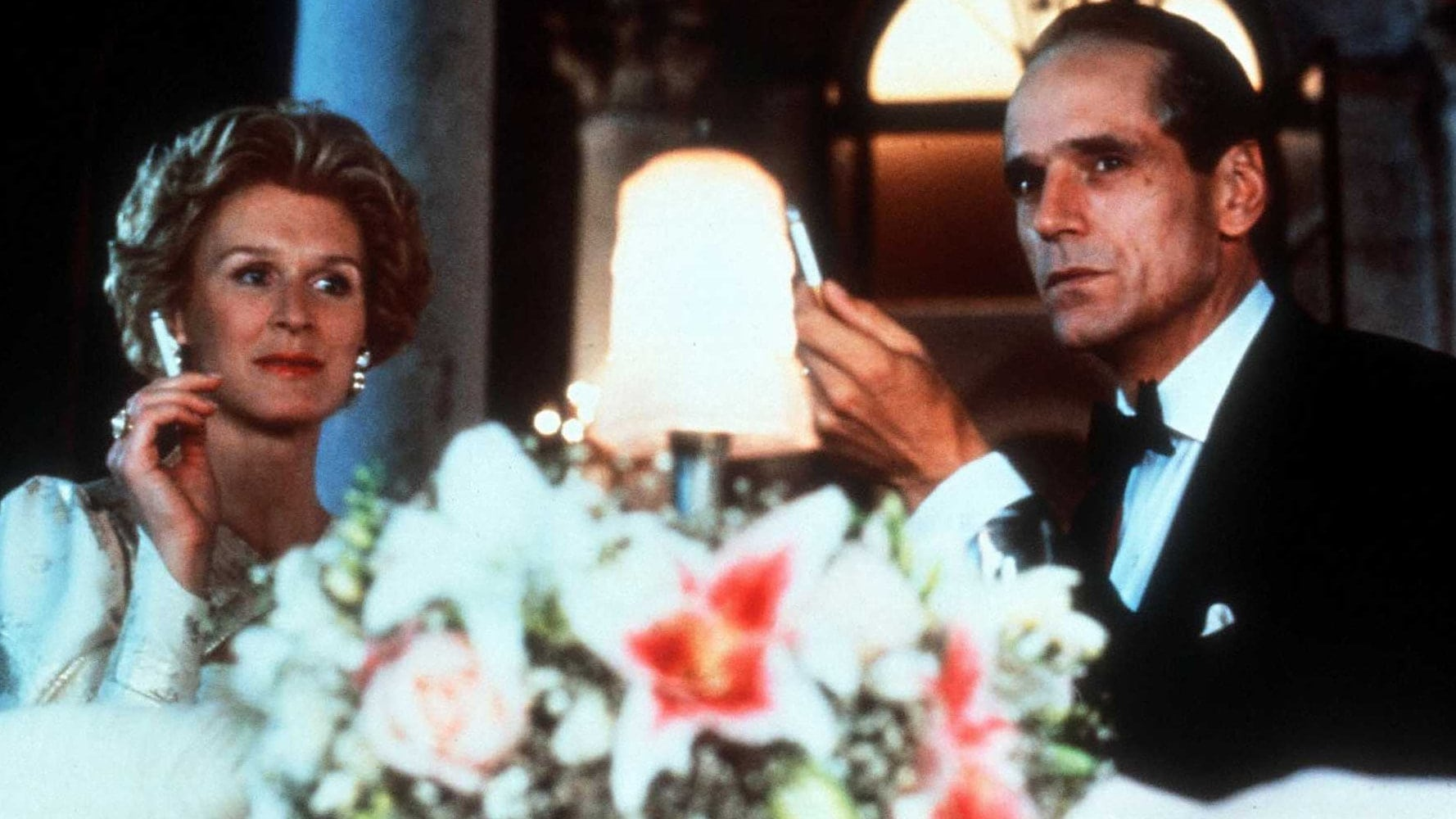 Glenn Close et Jeremy Irons à table dans Reversal of Fortune