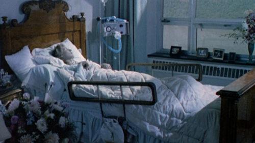 Glenn Close sur son lit dans le coma dans Le Mystère von Bülow