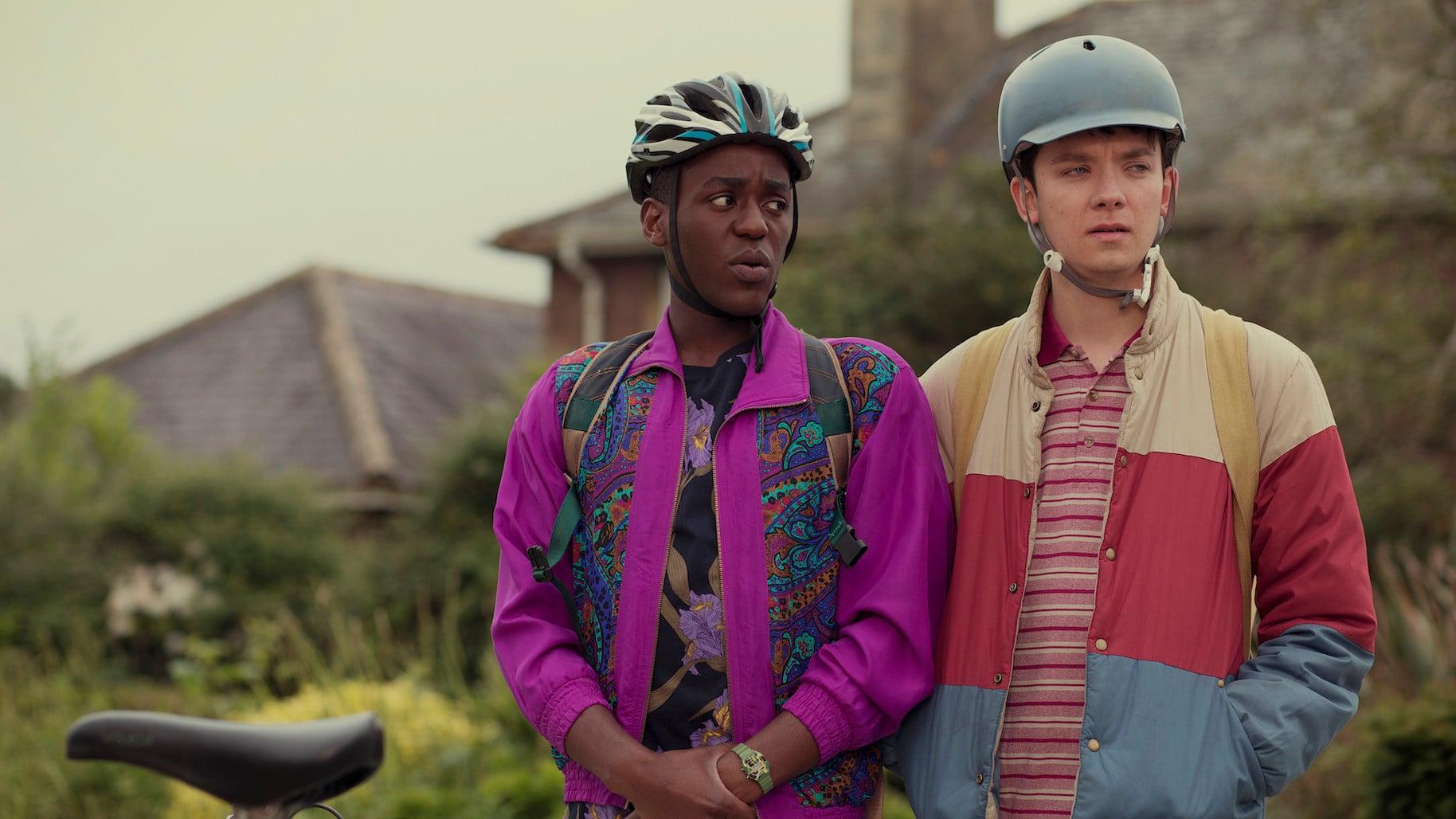 Otis (Asa Butterfield) et Eric (Ncuti Gatwa) devant le lycée dans Sex Education
