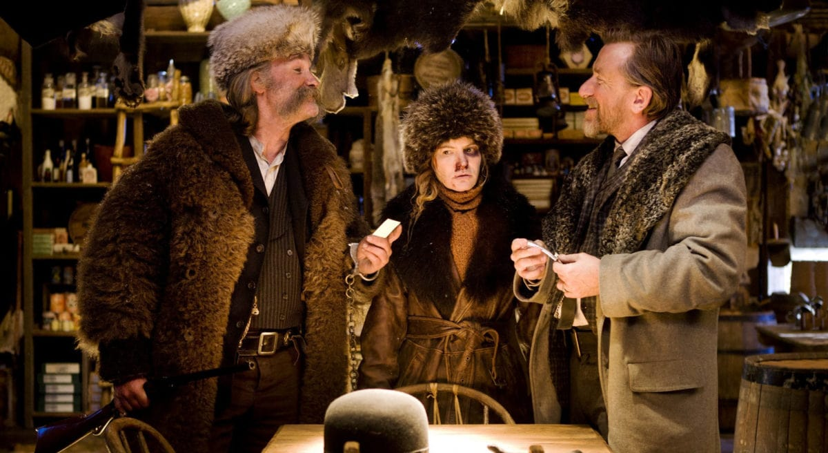 Kurt Russell, Tim Roth et Jennifer Jason Leigh dans le saloon des Huit Salopards