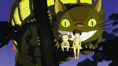 Mei et Satsuki sur un arbre avec le chat-bus dans Mon voisin Totoro