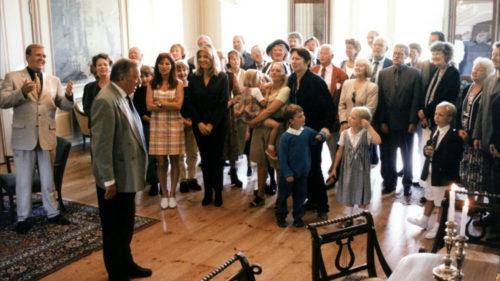 Tout la famille de Festen réunie dans un salon pour le speech du père